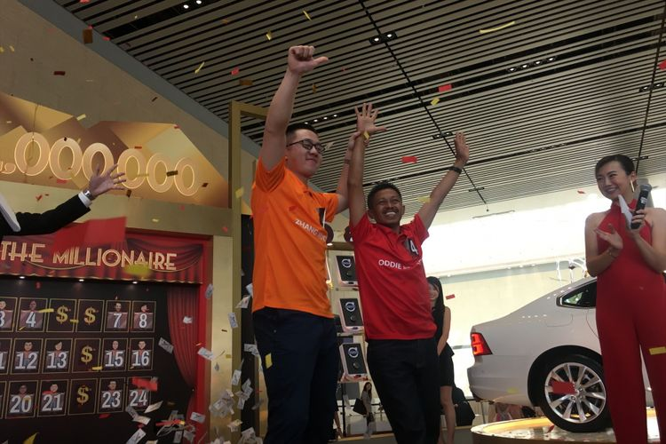 Turis asal Indonesia, Oddie Rehatta (47) memenangi undian uang tunai sebesar satu juta dollar Singapura atau sekitar Rp 10 miliar dalam acara Grand Final Be A Changi Millionaire 2017 yang diadakan oleh Changi Airport Group, Singapura, Minggu (21/1/2018).