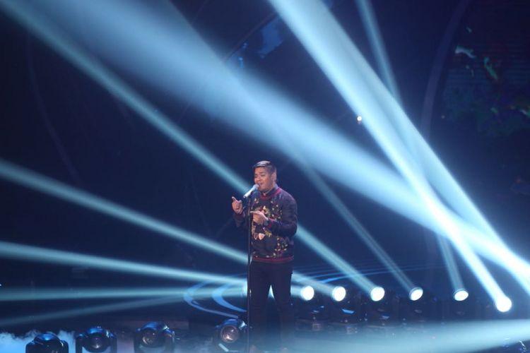 Abdul menyanyikan lagu Fix You milik Coldplay di grand final Indonesian Idol 2018, di Ecovention Ancol, Jakarta Utara, Senin (16/4/2018).
