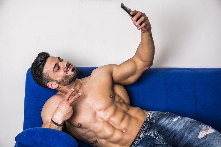 Ilustrasi pria selfie