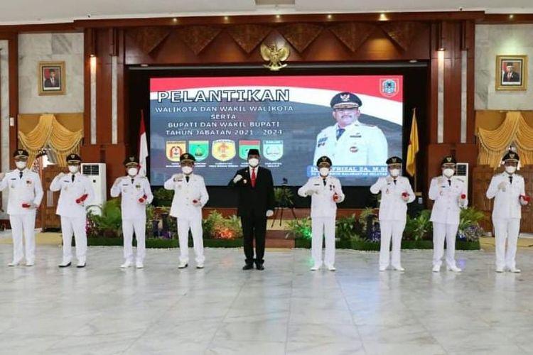 Pj Gubernur Kalsel, Safrizal berfoto bersama dengan lima pasang kepala daerah terpilih hasil Pilkada 2020 di Gedung Mahligai Pancasila, Banjarmasin, Jumat (26/2/2021).