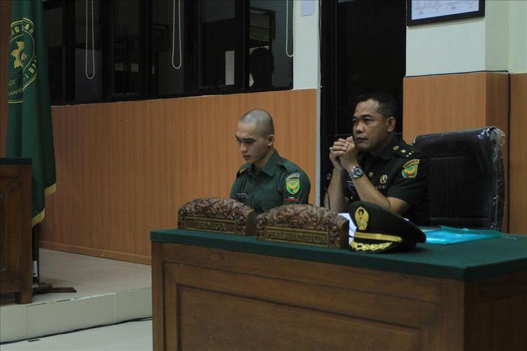 Terdakwa Prada DP saat menjalani sidang di Pengadilan Militer I-04 Palembang, Kamis (1/8/2019).
