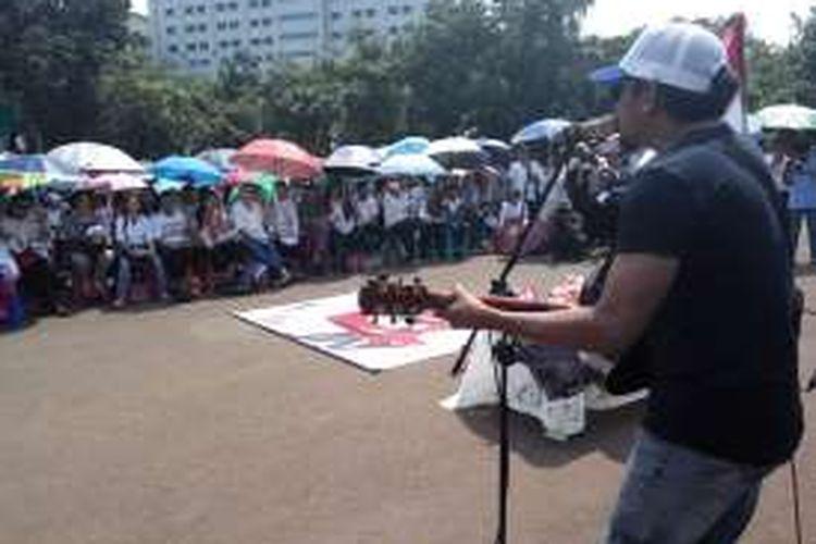 Ratusan Jemaat GKI Yasmin dan HKBP Filadelfia melaksanakan ibadah Paskah di seberang Istana Negara, Jakarta Pusat, Minggu (27/3/2016). Pada kesempatan itu turut serta penyanyi Glenn Fredly hadir untuk bernyanyi sebagai bentuk solidaritas.