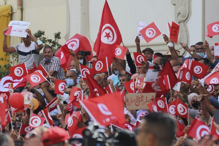 Peserta demo Tunisia berkumpul di ibu kota Tunis pada Minggu (26/9/2021) untuk memprotes kudeta Presiden Kais Saied. Unjuk rasa ini diikuti oleh kurang lebih 2.000 orang, dan yang terbesar sejak presiden memecat perdana menteri pada 25 Juli 2021.