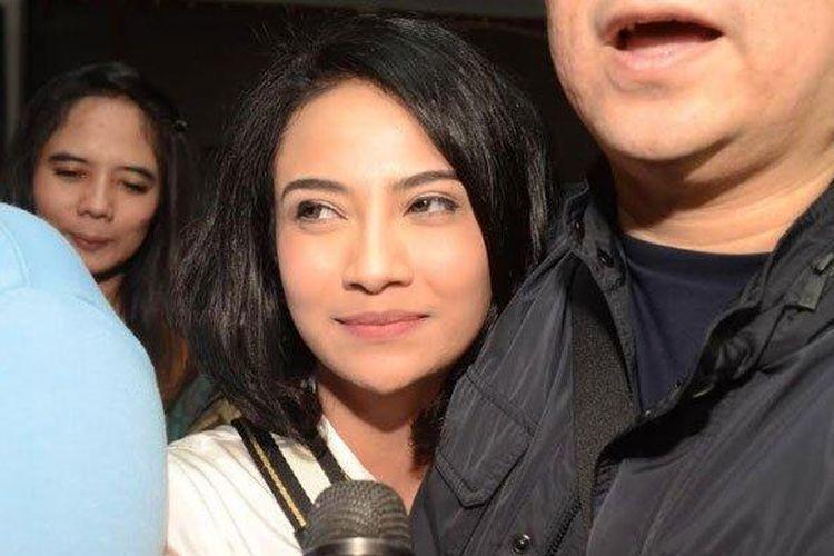 Senyum Vanessa Angel saat bebas dari Rutan Medaeng, Surabaya, Minggu (30/6/2019).
