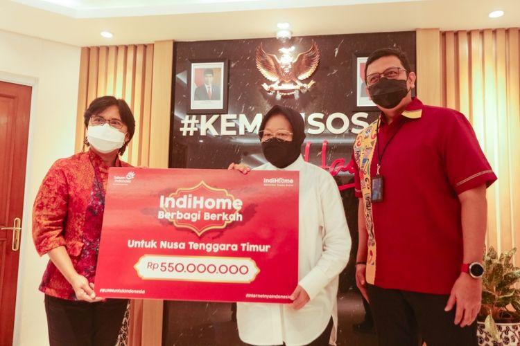 Direktur Consumer Service Telkom Venusiana menyerahkan donasi senilai Rp 550 juta untuk masyarakat terdampak bencana NTT.