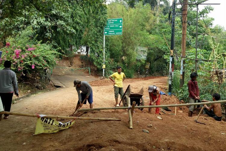 Sebagian Jalan Ki Hajar Dewantara, Sawah Lama, Ciputat, Tangerang Selatan yang sedang adanya perbaikian ditutup selama satu bulan. Namun penutup jalan tersebut dikeluhkan oleh warga setempat yang tidak dapat beraktivitas.