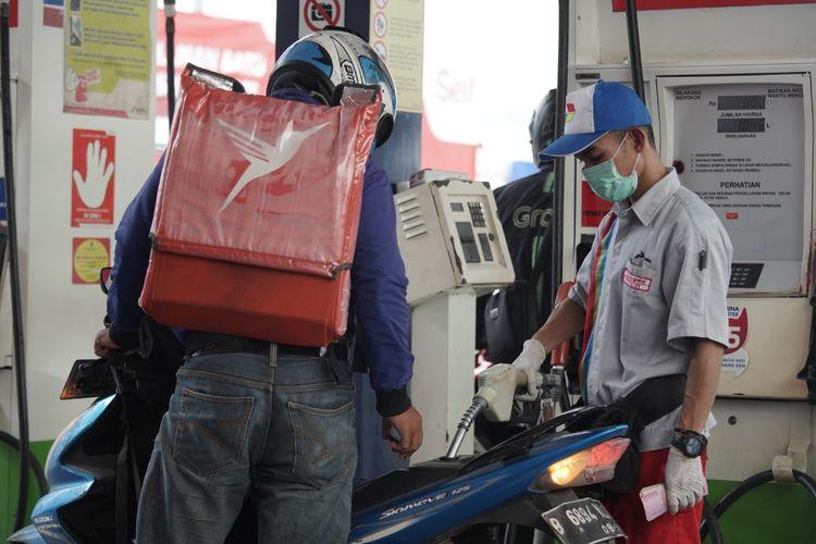 Ilustrasi pengendara sepeda motor sedang mengisi BBM di SPBU Pertamina.
