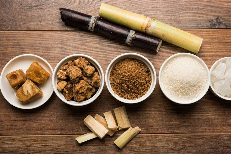Ilustrasi beragam jenis gula, termasuk brown sugar dan palm sugar.