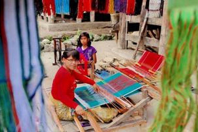 Penenun kain Ulos di Desa Suhi Suhi, Pulau Samosir, Sumatera Utara.
