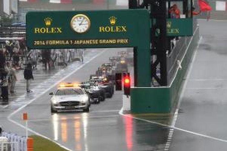 Safety car memimpin start GP Jepang pada lap ketiga dari pit lane Sirkuit Suzuka, Minggu (5/10/2014). Balapan dihentikan setelah dua putaran karena hujan yang semakin deras.