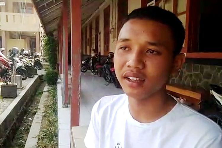 M. Ridwan Suryana (18), pelajar SMK Pasundan Cianjur bercerita momen saat dirinya menolong seorang anggota polisi yang mengalami luka bakar di tengah aksi unjukrasa yang berujung ricuh di depan gerbang kantor Bupati Cianjur, Kamis (15/08/2019)