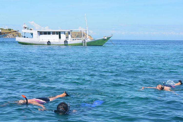 Turis asing snorkeling di Pink Beach, Labuan Bajo, dalam kawasan Taman Nasional Komodo, Kabupaten Manggarai Barat, Nusa Tenggara Timur. Keunikan dan keindahan bawah laut di sekitar pantai menjadi daya tarik wisatawan untuk berwisata ke pantai itu, Rabu (10/5/2017).