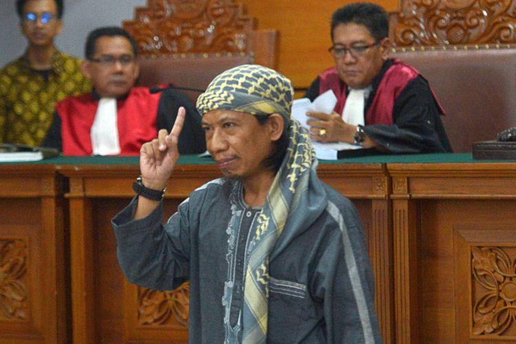 Terdakwa kasus dugaan serangan teror bom Thamrin dengan terdakwa Oman Rochman alias Aman Abdurrahman mengikuti sidang lanjutan di Pengadilan Negeri Jakarta Selatan, Jumat (25/5/2018). Sidang lanjutan tersebut mengagendakan pembacaan pledoi dari terdakwa dan penasehat hukumnya.
