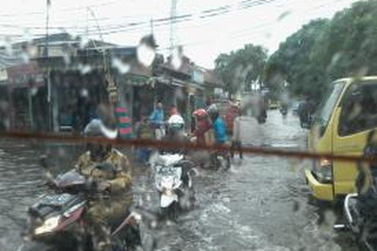 Banjir di Kramat Jaya membuat para sopir angkot was-was.