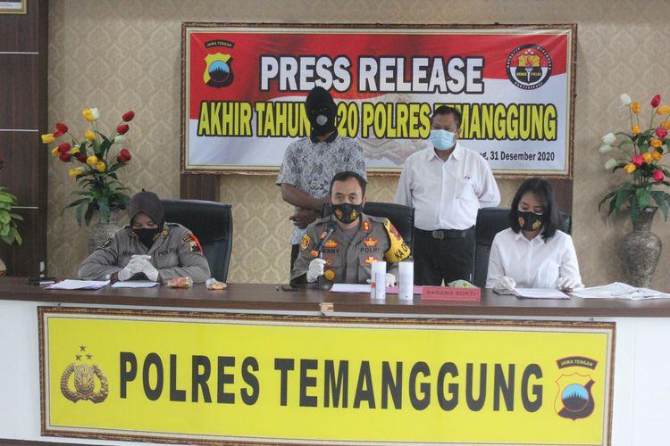 Polisi Temanggung gelar perkara kasus cabai cat merah yang Gegerkan Banyumas di Mapolres Temanggung, Kamis (31/12/2020).