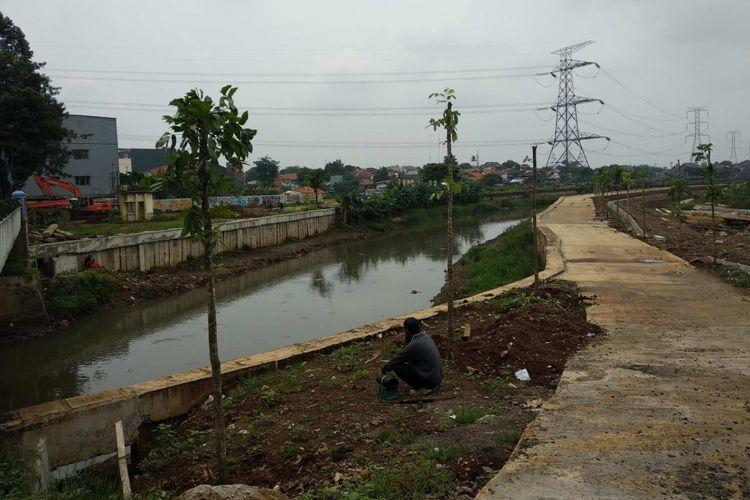 Kali Angke di jembatan Jalan KH Hasyim Ashari, Ciledug, Tangerang setelah dinormalisasi, Rabu (28/2/2018).