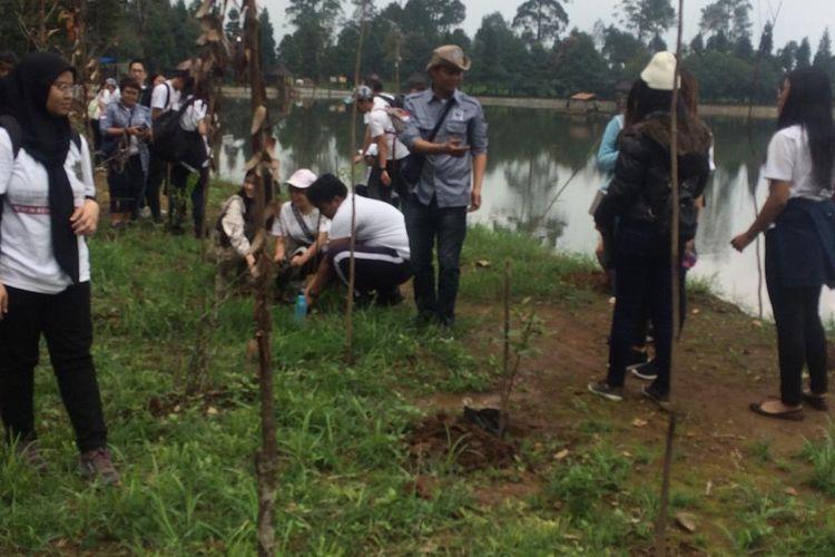 Aksi penanaman pohon bertema #RenovasiUdara di Telaga Saat, Puncak, Rabu, (4/3/2020).