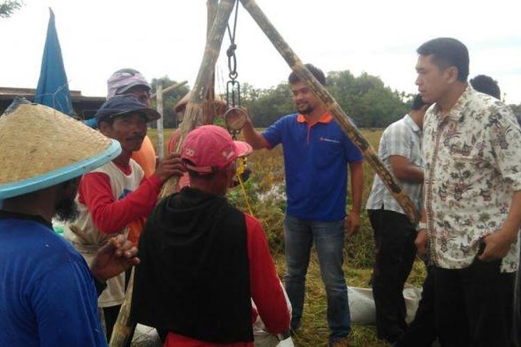 Foto : Kepala Sub Divre Bulog Wilayah IV Madiun, Antok Hendriyanto memantau penyerapan gabah kering panen di wilayah Kabupaten Ngawi, Jumat ( 10/2/2017).