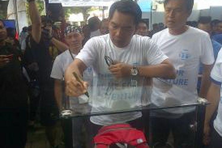 Wali Kota Bandung, Ridwan Kamil, meresmikan pusat penjualan perlengkapan olahraga luar ruang, Outlive The International Outdoors Store, di Jalan Setiabudhi, Kota Bandung, Minggu (9/2/2014).