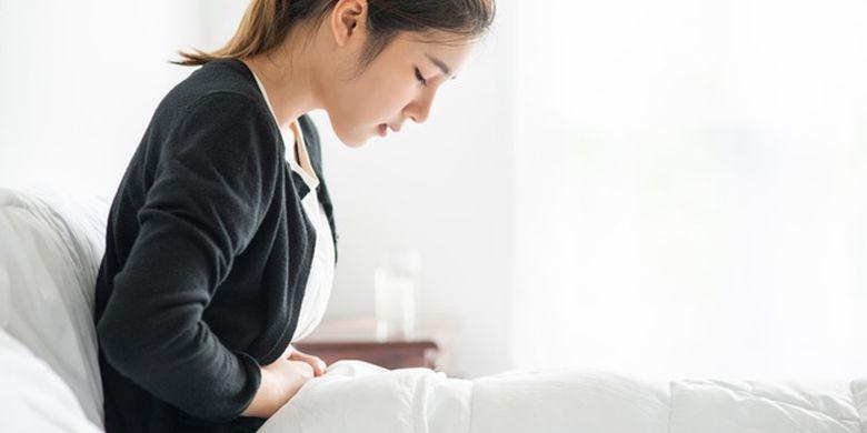 Ilustrasi perempuan merasakan gejala asam lambung naik.