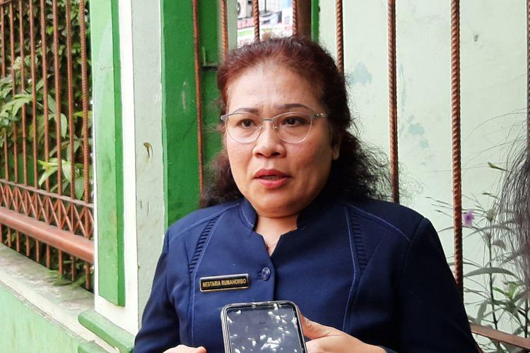 Kepala SMAN 24 Jakarta, Nestaria Rumahorbo saat mengantar anak-anak didiknya pulang pada Senin (30/9/2019).