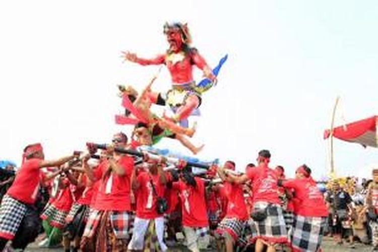 Ogoh-ogoh diarak dalam acara Pawai ogoh-ogoh, di lapangan Monumen Nasional, Jakarta, Jumat (20/3/2015). Acara ini diadakan untuk Menyambut datangnya Hari Raya Nyepi Caka 1937 dan Tawur Agung Kesanga 2015.