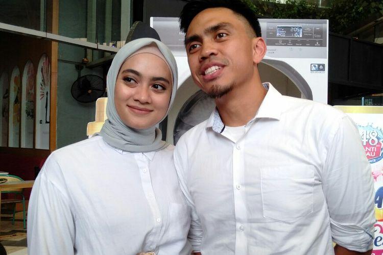 Ayudia Bing Slamet bersama sang suami Muhammad Pradana Budiarto saat berada di kawasan Gandaria, Jakarta Selatan, Jumat (6/12/2019)