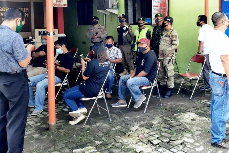 Sejumlah orang yang hadir pada acara syukuran bersama Walikota Blitar Santoso mengantri proses pengambilan swab untuk tes Covid-19 di UPTD Laboratorium Kesehatan Kota Blitar, Senin (8/3/2021). Video acara syukuran pada jumat dua pekan lalu itu menjadi viral lantaran Santoso dan sejumlah orang terlihat bernyanyi bersama tak bermasker.