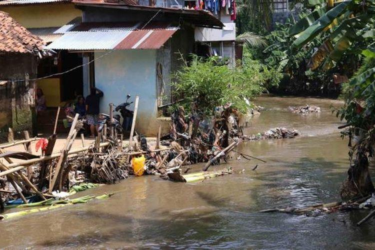 Permukiman warga di Cipete Utara, Kebayoran Baru, Jakarta Selatan, yang berada di Bantaran Kali Krukut, Jumat (7/10/2016). Sejumlah bangunan akan dibongkar untuk penataan sungai yang terus dilakukan oleh pemerintah di Jakarta.