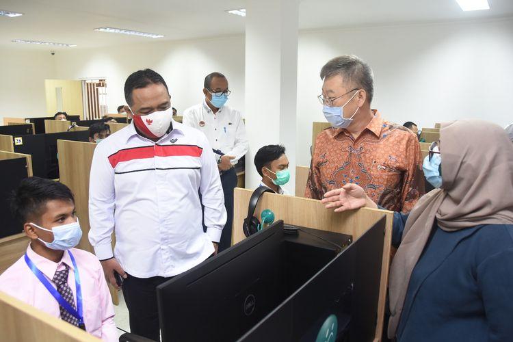 Kepala Badan Perlindungan Pekerja Migran Indonesia (BP2MI) Benny Rhamdani saat menyidak ujian computer based test (CBT) dan tes skill Korea di UPT BP2MI di Jakarta, Kamis (22/10/2020).
