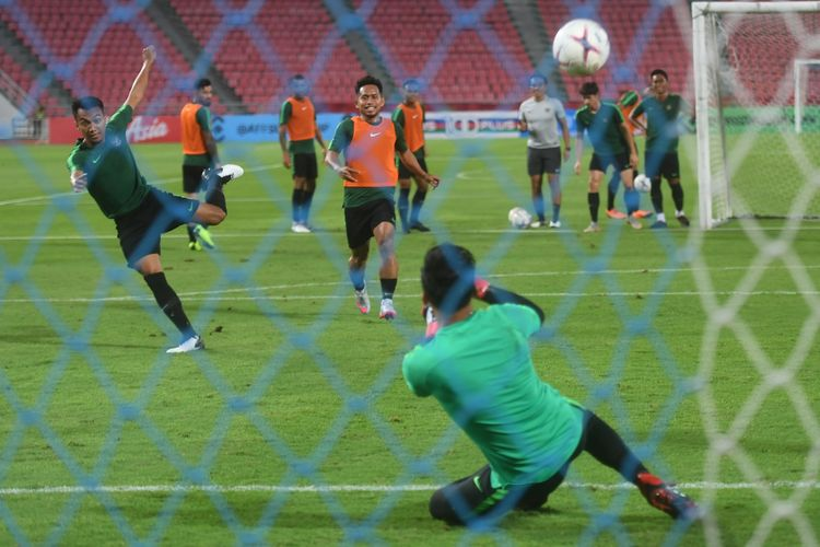 Sejumlah pesepak bola Timnas Indonesia berlatih menjelang laga lanjutan Piala AFF 2018 melawan Thailand, di Stadion Nasional Rajamangala, Bangkok, Thailand, Jumat (16/11/2018).