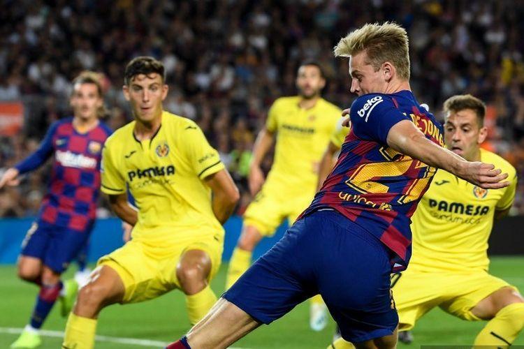 Frenkie de Jong mencoba melewati penjagaan lawan pada pertandingan Barcelona vs Villarreal dalam lanjutan La Liga Spanyol di Stadion Camp Nou, 23 September 2019.