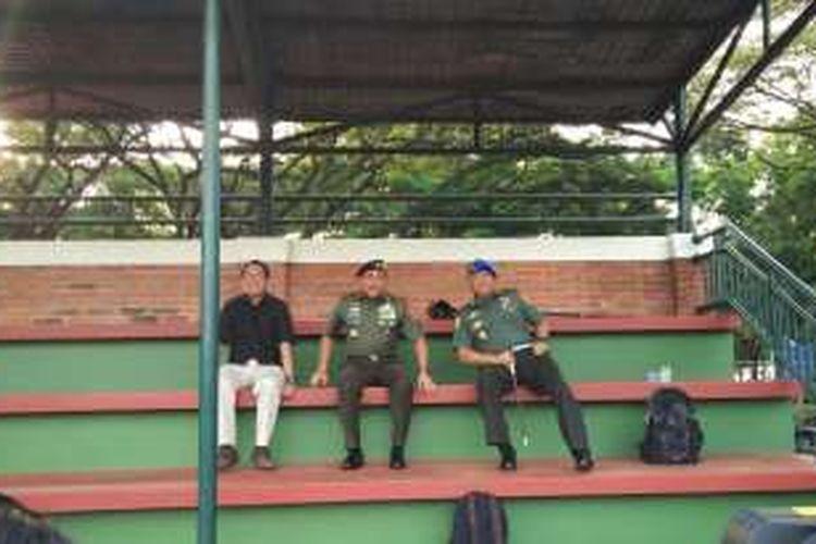 Ketua Umum PSSI, Edy Rahmayadi (tengah), saat menyambangi sesi latihan timnas Indonesia di Lapangan Sekolah Pelita Harapan (SPH), Karawaci, Tangerang, Jumat (9/12/2016).