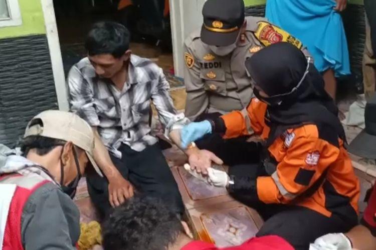 Tim medis menangani luka-luka Abi Abdillah (25) warga yang sempat hilang di Taman Nasional Gunung Gede Pangrango (TNGGP) di Sukabumi, Jawa Barat, Selasa (5/1/2021).
