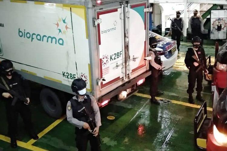 Vaksin sinovac diangkut dengan satu truk saat menyeberangi Selat Bali, Senin (4/1/2021).