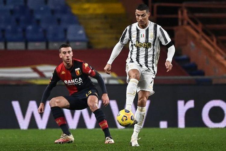 Cristiano Ronaldo (kanan) berduel dengan Filip Jagiello (kiri) pada laga pekan ke-11 Liga Italia yang mempertemukan Genoa vs Juventus di Stadion Luigi Ferraris, Senin (14/12/2020) dini hari WIB.