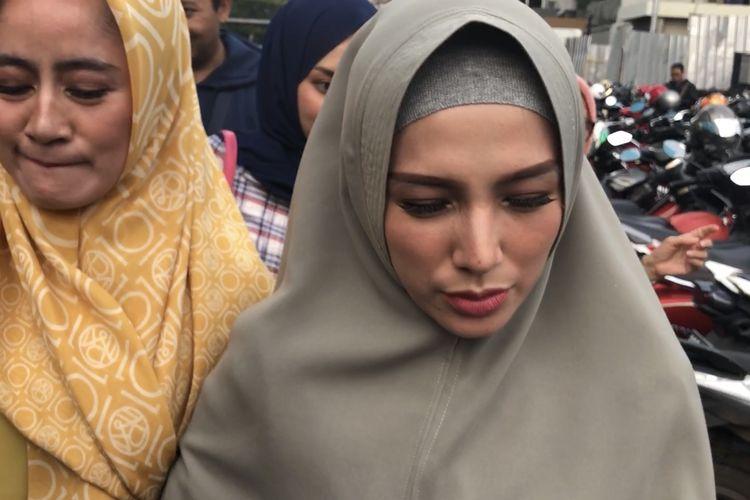 Benazir Endang dan kerabat di kawasan Tendean, Jakarta Selatan, Senin (2/12/2019).