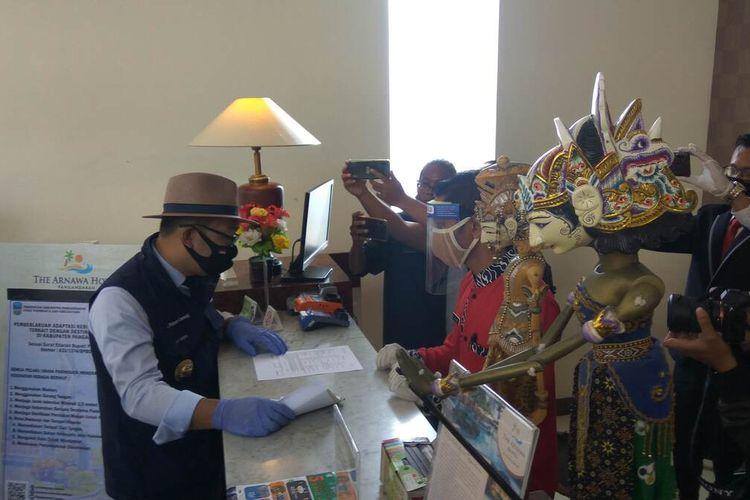 Gubernur Jawa Barat, Ridwan Kamil berkomunikasi dengan resepsionis Hotel Arnawa terkait protokol kesehatan di hotel tersebut, Kamis (11/6/2020).