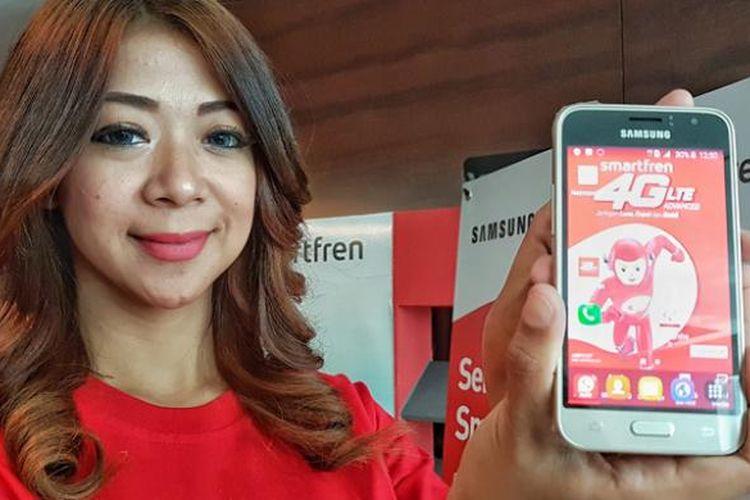 Model sedang memamerkan Samsung J1 dalam acara peluncuran paket bundling Smartfren dengan perangkat tersebut di Jakarta, Selasa (3/5/2016)