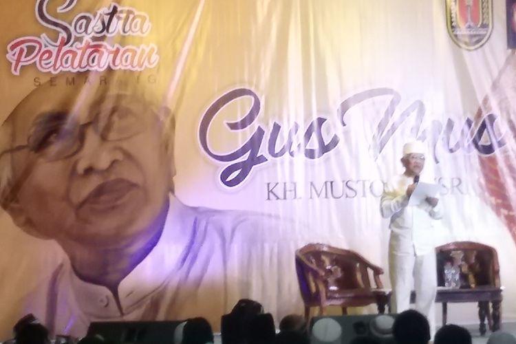 Mustofa Bisri, ketika membacakan puisinya di acara Sastra Pelataran Semarang.