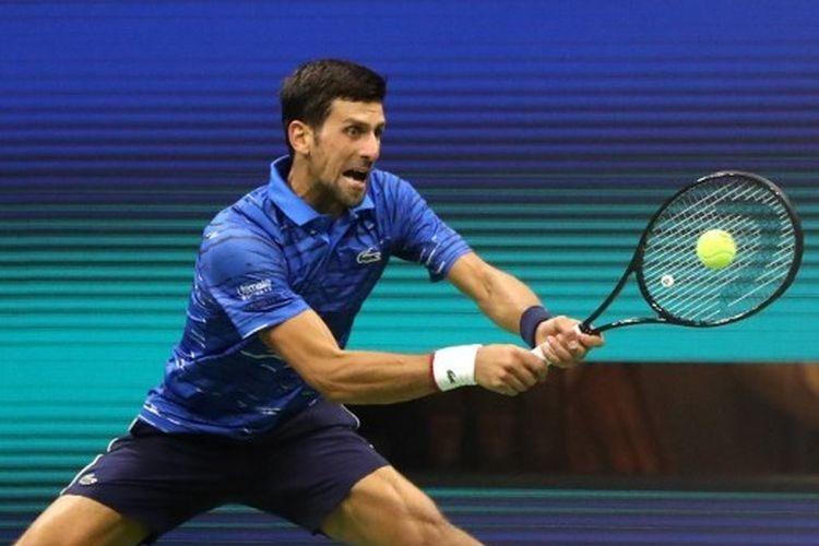 Novak Djokovic mengembalikan bola dari lawannya, Juan Ignacio Londero pada babak kedua US Open di Stadion Arthur Ashe, Flushing Meadows, New York, Kamis (29/8/2019) pagi WIB. Djokovic menang dengan skor 6-4, 7-6 (7-3), 6-1.