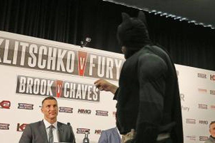 Tyson Fury (kanan) sebagai Batman menghadapi Wladimir Klitschko