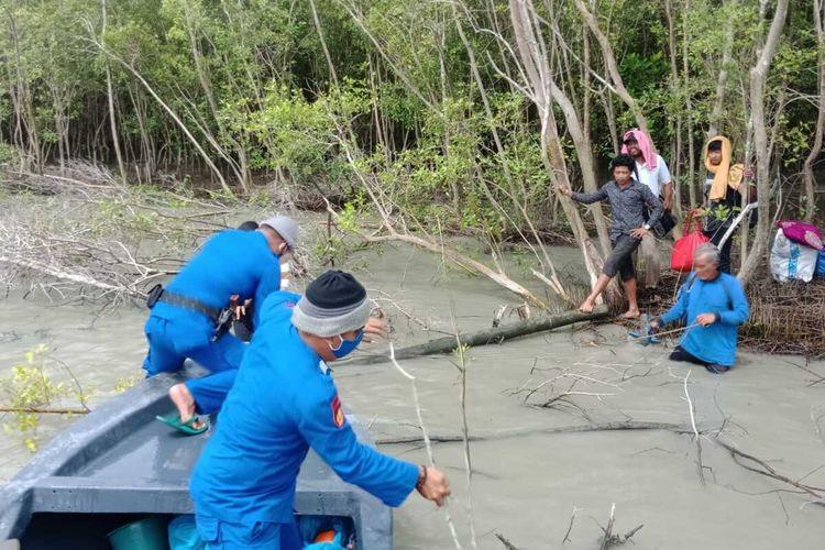 Sebanyak 13 TKI Ilegal bersusah payah naik ke kapal patroli gabungan dari pinggir hutan bakau di perairan Asahan pada Jumat (1/5/2020) pagi tadi. Sebelum ditemukan telantar, mereka 2 hari 2 malam di atas makam tanpa makan.
