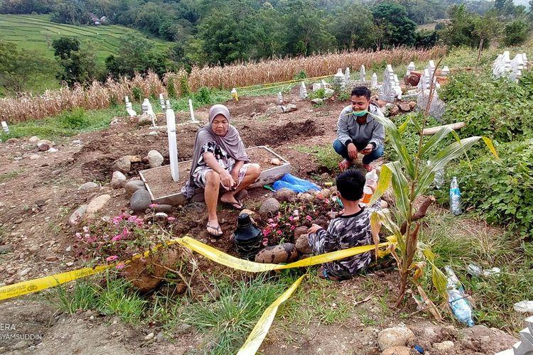 Nanni (60) kunjungi makam suaminya yang nyaris dibongkar. Kasus pembongkaran makam pasien Covid-19 kini ditangani polisi.