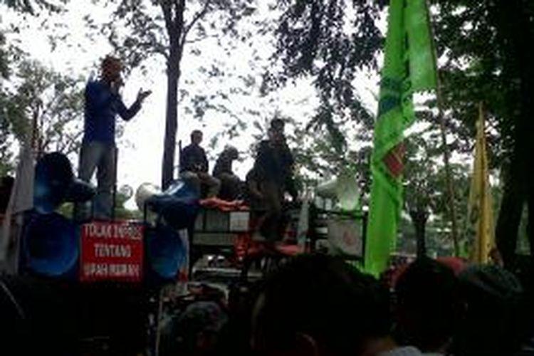 Ratusan buruh yang tergabung dalam Federasi Serikat Pekerja Metal Indonesia (FSPMI) melakukan unjuk rasa di depan Kantor Kalbe Farma Jakarta, Cempaka Putih, Jakarta, Kamis (19/09/2013). Mereka menuntut penyesusaian upah di PT Kalbe Farma, Cikarang, Bekasi.