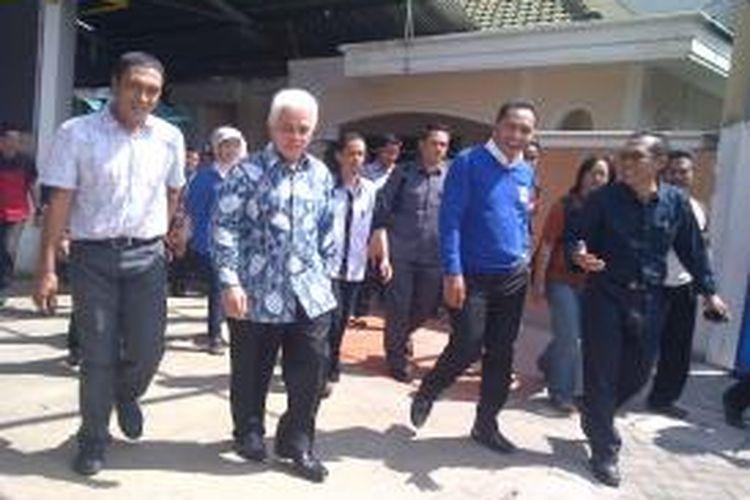Menko Perekonomian Hatta Rajasa (dua dari kiri) mengunjungi Pabrik Rokok Gudang Baru di Kabupaten Malang, Jawa Timur, Sabtu (27/7/2013). Hatta bertemu dengan ribuan buruh di pabrik tersebut.