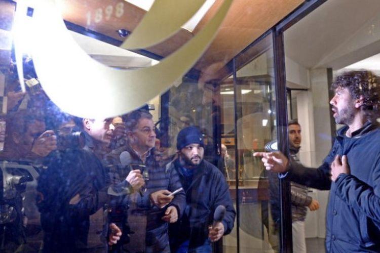 Ketua Asisoasi Pesepak Bola Italia, Damiano Tommasi (kanan), saat berbicara kepada wartawan di kantor pusat Federasi Sepak Bola Italia (FIGC) di Roma, Italia, membahas soal pemecatan Gian Piero Ventura sebagai pelatih timnas Italia pada 15 November 2017.