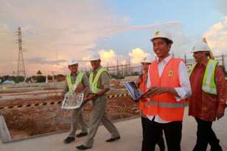 Presiden Republik Indonesia, Joko Widodo saat meninjau lokasi pembangunan proyek Mobile Power Plant 4x25 MW di Desa Jungkat, Kabupaten Mempawah, Kalimantan Barat (2/6/2016)