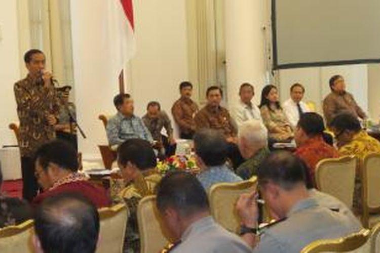 Presiden Joko Widodo memberikan pengarahan dalam rapat koordinasi bersama pimpinan Kepolisian Daerah, Kejaksaan Tinggi, kepala daerah, hingga para menteri Kabinet Kerja di Istana Bogor, Senin (22/8/2015).