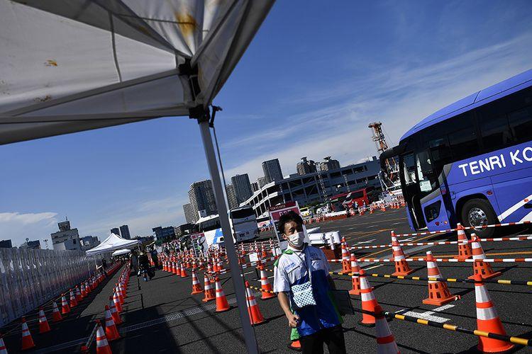 Petugas menunggu tibanya bus yang akan membawa peserta Olimpiade Tokyo 2020 di Media Transport Mall, Tokyo, Jepang, Rabu (21/7/2021). Para peserta Olimpiade Tokyo 2020 harus menggunakan bus atau transportasi khusus selama kegiatan olahraga tersebut berlangsung untuk menghindari kemungkinan tertularnya Covid-19.